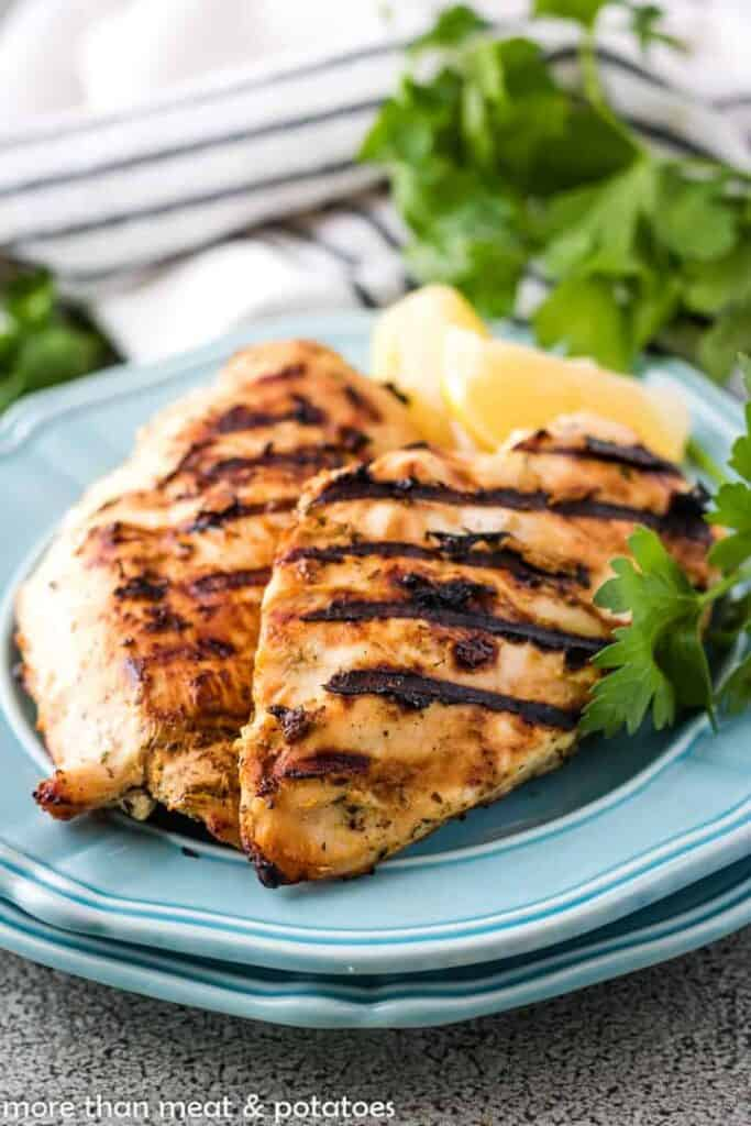 Grilled chicken with lemon slices and parsley.