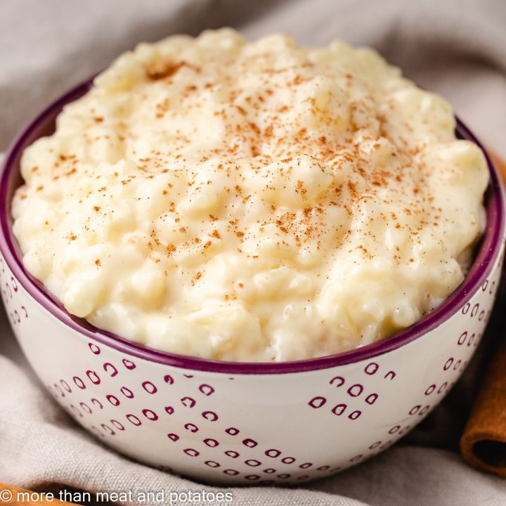The rice pudding without eggs in a decorative bowl.